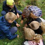 Dzieci podczas akcji sadzenia drzewek.
